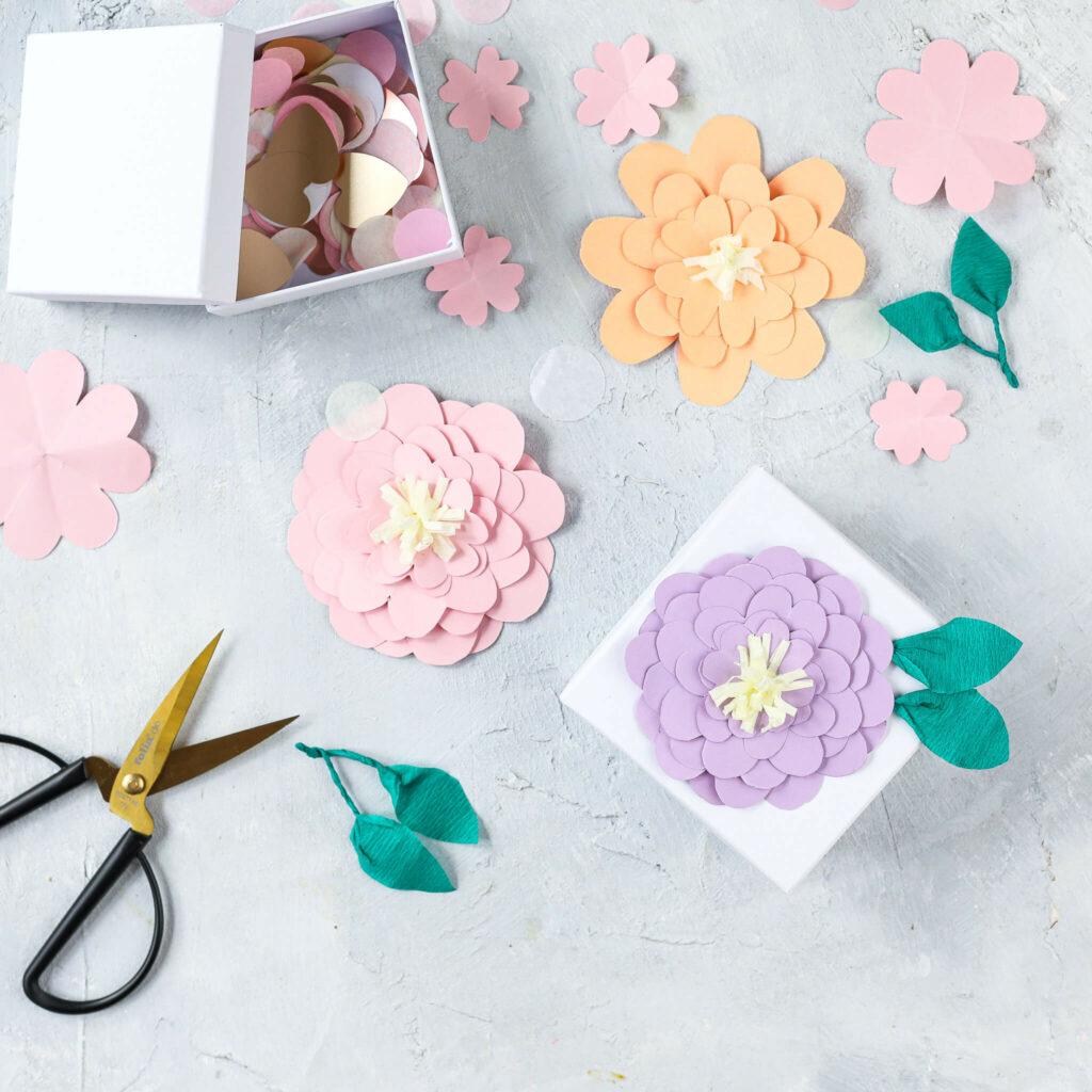 Papierblumen aus Tonpapier