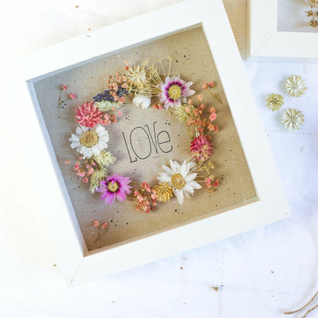 Blumenkranz aus Trockenblumen im Bilderrahmen