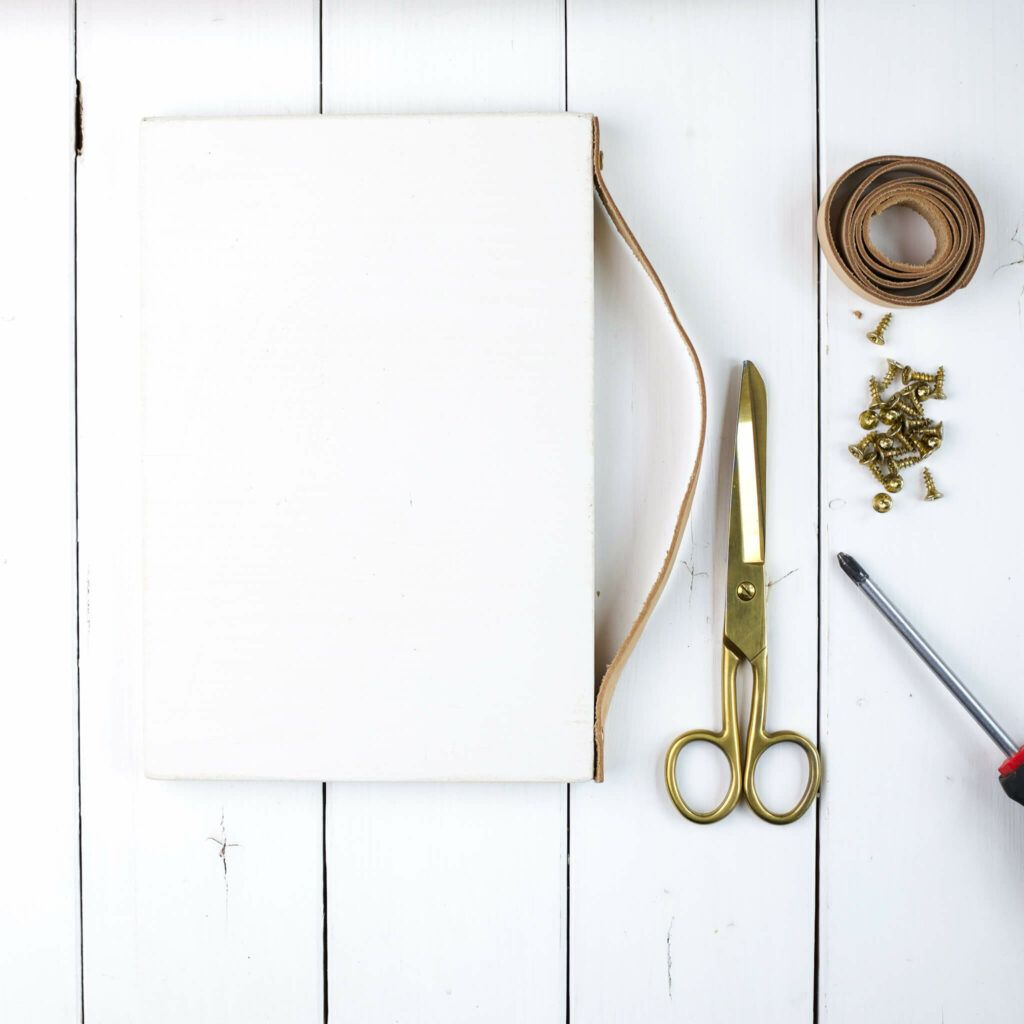 Lederband an Holzplatte schrauben