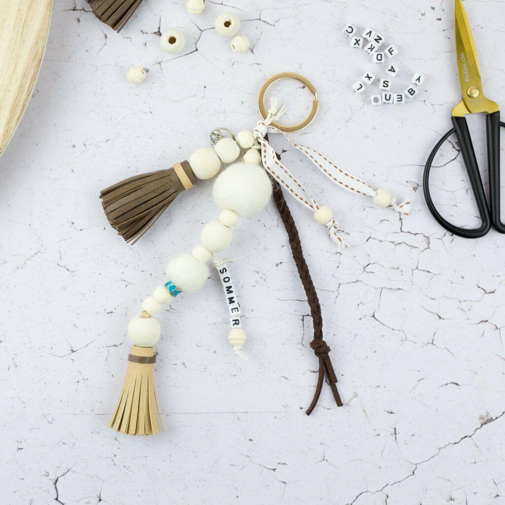 Schlüsselanhänger mit Kunstleder Quasten und Holzperlen