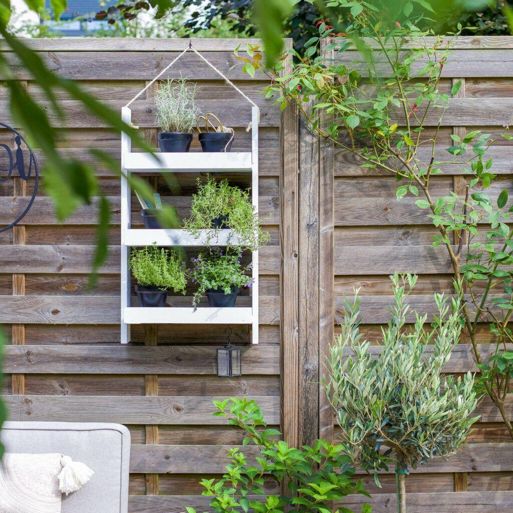 Kräuterregal im Garten mit einfacher Anleitung zu selber machen