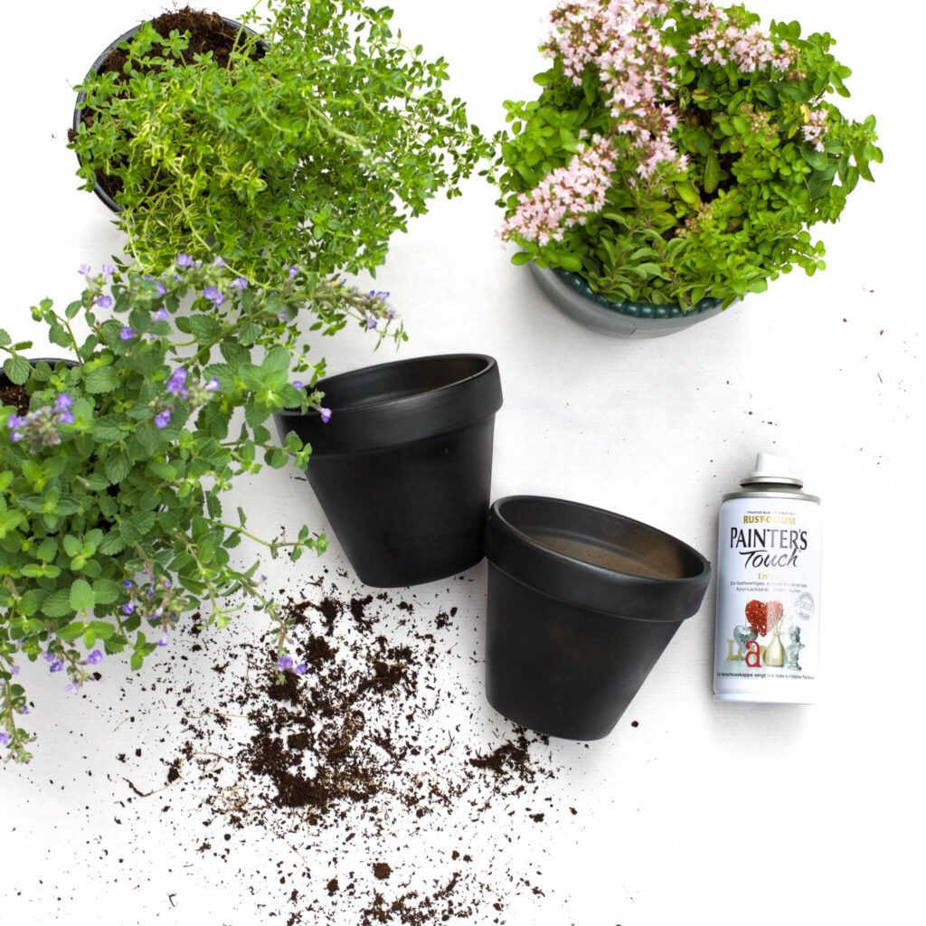 Blumentöpfe mit Acryllack besprühen