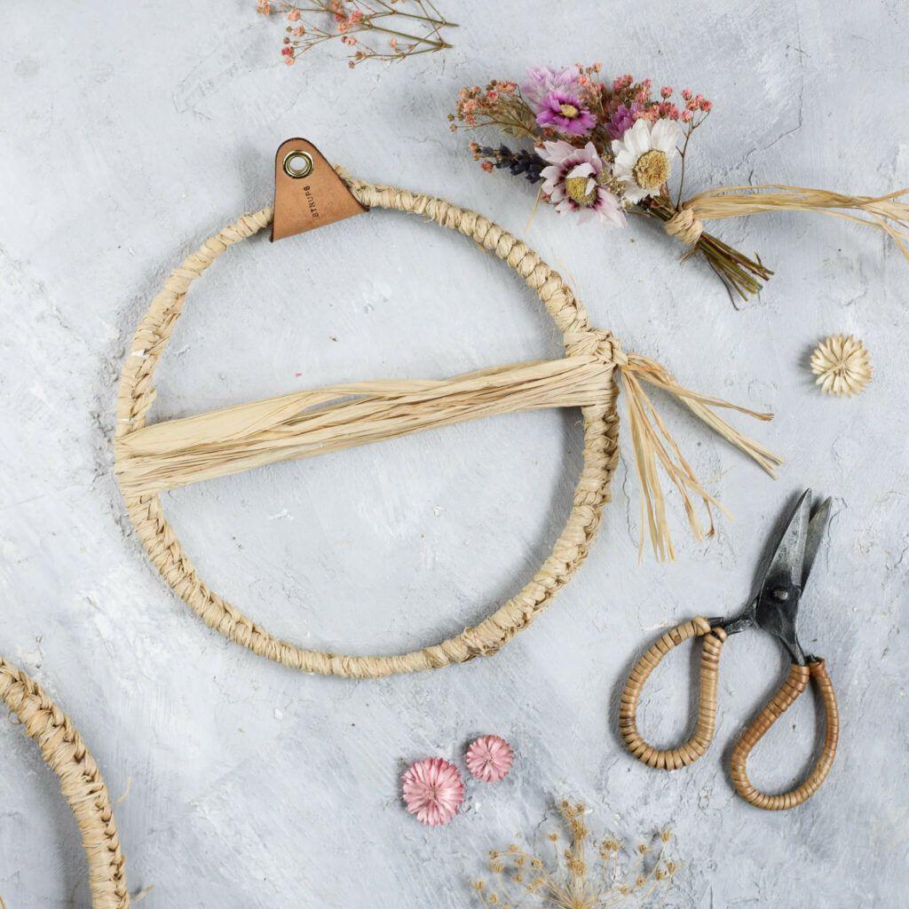 Ring für Trockenblumenkranz mit Naturbast umwickeln