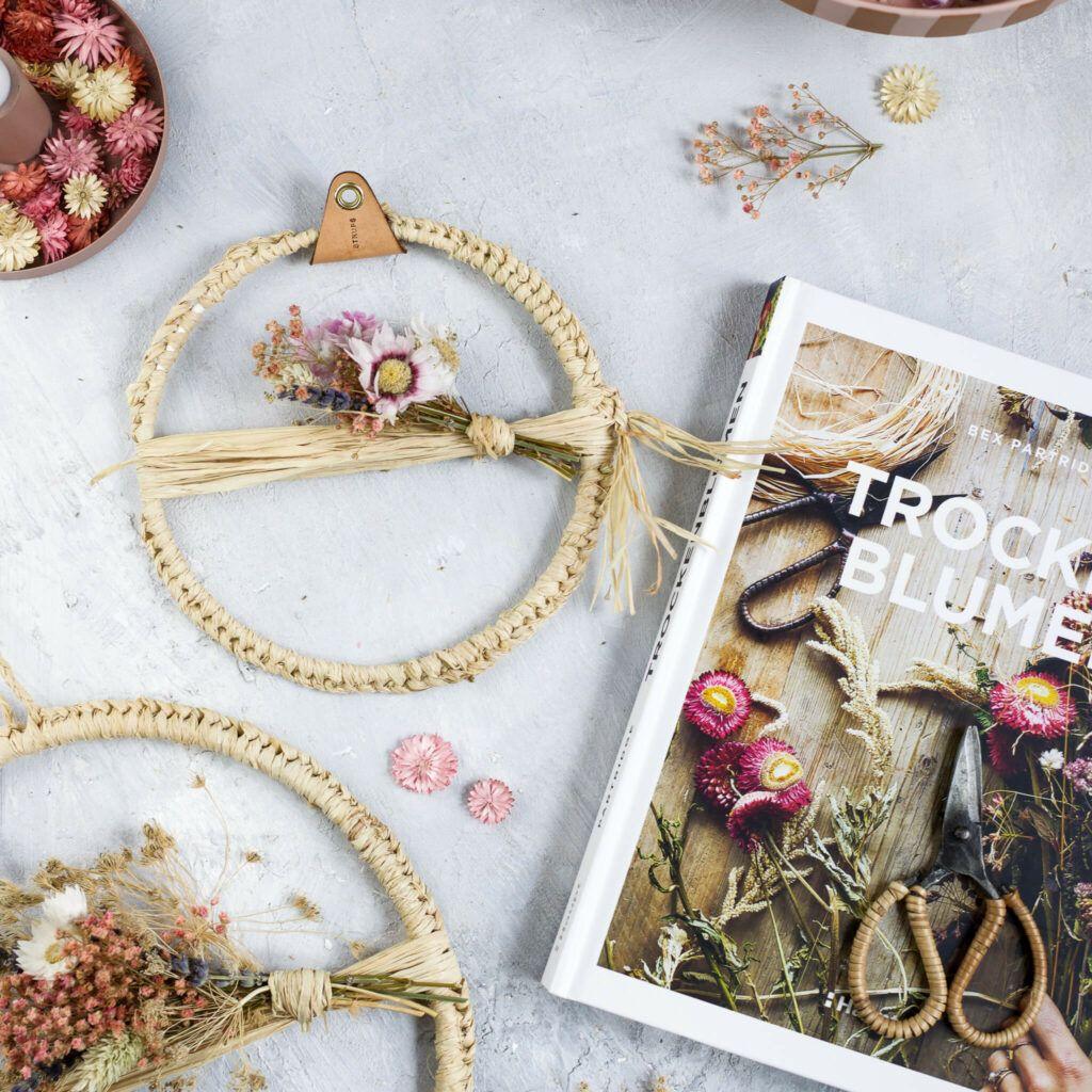 Boho Trockenblumenkranz mit Naturbast und eine Buchvorstellung