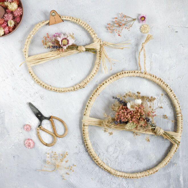 Trockenblumenkranz mit Naturbast